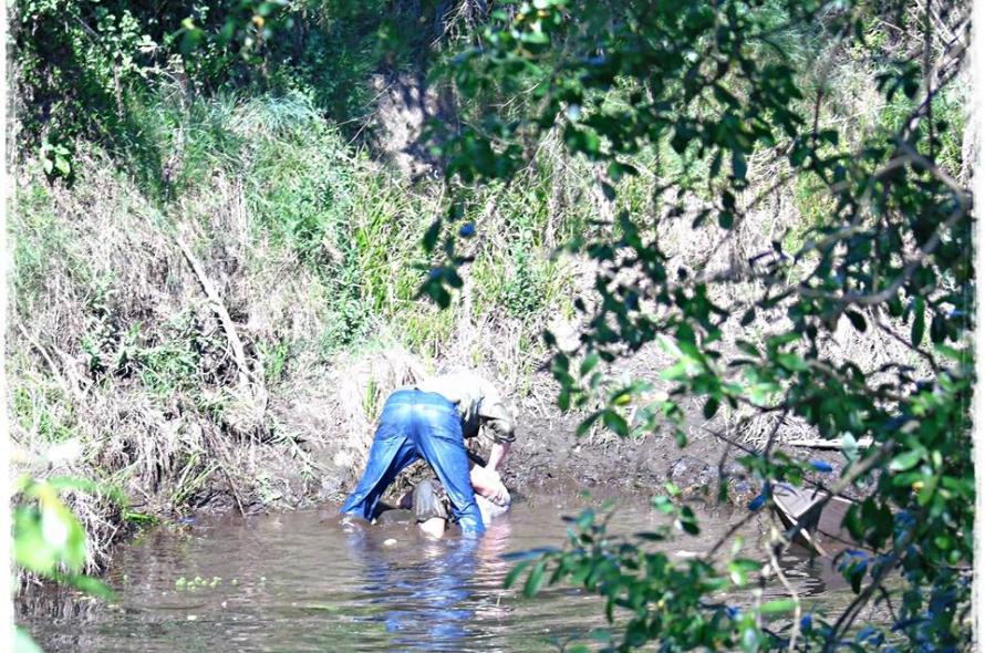 Vídeo mostra homem a tentar afogar mulher