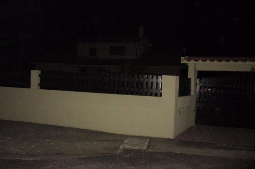 Mulher morre afogada a tirar brinquedos da piscina de casa