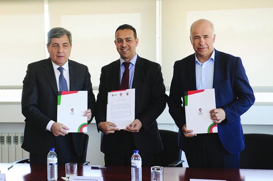 aafb67bf9c58 Federação Portuguesa de Futebol (FPF), Associação de Futebol de Aveiro  (AFA) e vários municípios do distrito de Aveiro, assinaram, ontem,  protocolos de ...